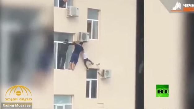 لقطات تحبس الأنفاس.. شاهد: لحظة إنقاذ طفل شيشاني من موت محقق