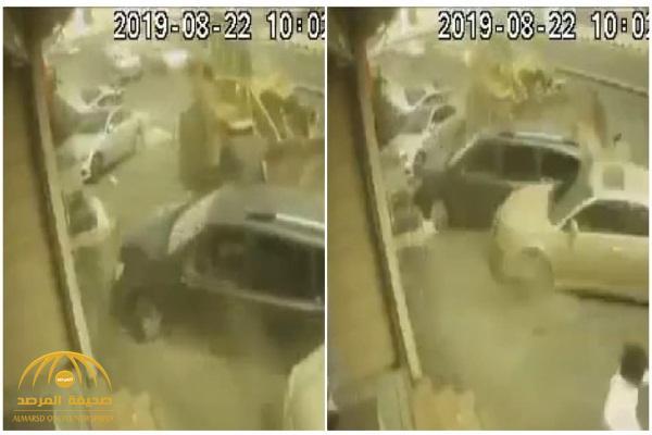 """شاهد.. تداول مقطع فيديو  لـ""""شيول"""" مسرع يصطدم  بمركبات متوقفة في الطائف"""