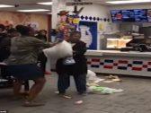 """شاهد: مشاجرة حامية الوطيس بين موظفي ماكدونالدز وسيدة أمريكية..والسبب """"آيس كريم""""!"""