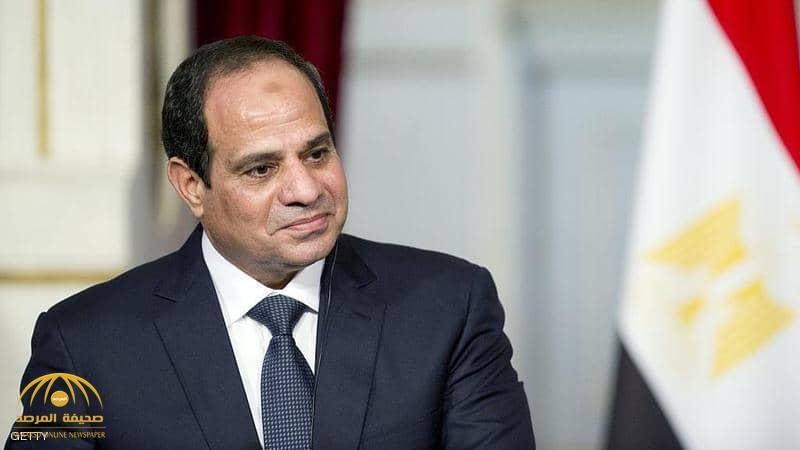 """بالفيديو.. السيسي يفاجئ مسؤولا مصريا: """"أنت بتقبض كام""""؟"""