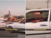 """شاهد.. سائق """"مسن"""" يلتفت على فتاة سخرت منه على طريق عام ويصطدم بسيارة أمامه !"""