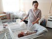 في ظاهرة نادرة.. سيدة كازاخستانية تضع توأمين بطريقة عجيبة!