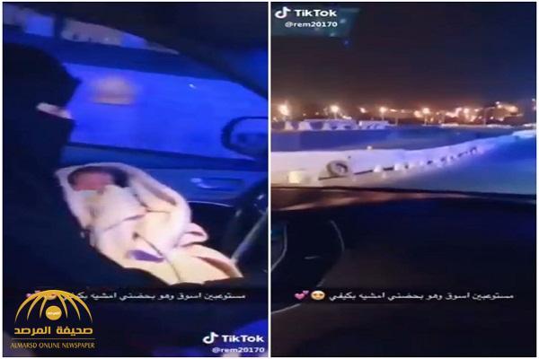 شاهد.. امرأة تقود سيارتها ليلًا في أحد مناطق المملكة وطفلها على يدها!