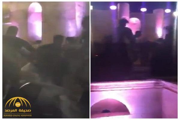 """بالفيديو: مشاجرة عنيفة خلال حفل مغني الراب الأمريكي """"راسيل"""" بـ""""الأردن"""""""