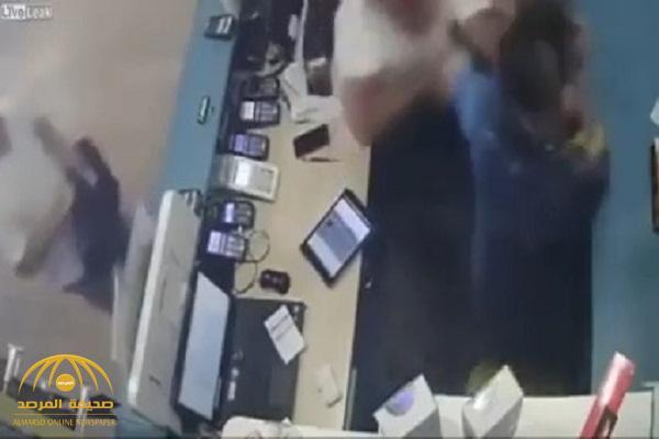شاهد: عصابة تركية تقتحم محل في إسطنبول وتطلق النار على البائع
