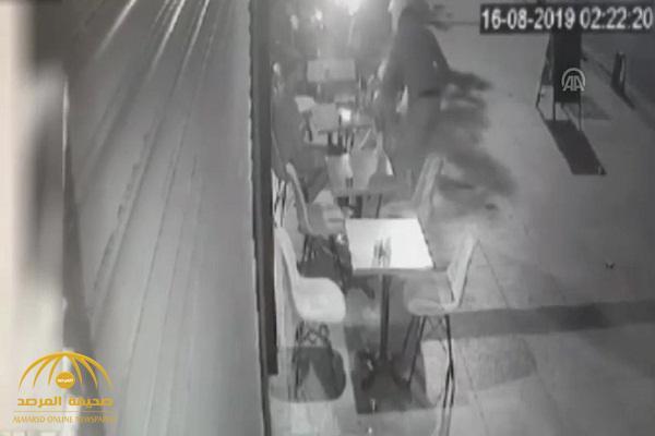 شاهد أول فيديو لحظة اعتداء أتراك لصوص على سعوديين وسرقة هواتفهما في إسطنبول