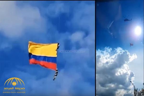 """شاهد.. لحظة سقوط مروع لـ """"جنديين"""" من طائرة عسكرية أثناء عرض جوي"""