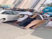 مشهد مؤثر .. رجل أمن يؤدي التحية ويقبل يد والدته خلال تأدية مناسك الحج – فيديو