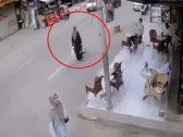 شاهد .. سيارة تصدم امراة مصرية وتقذفها في الهواء بأحد شوارع طنطا