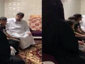 شاهد : الأمير عبدالعزيز بن فهد يزور إحدى الأسر المحتاجة ويسأل عن أحوالهم