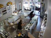 شاهد .. تصدي بطولي من صاحب محل مجوهرات بكاليفورنيا ضد لصوص اقتحموا المحل لسرقته