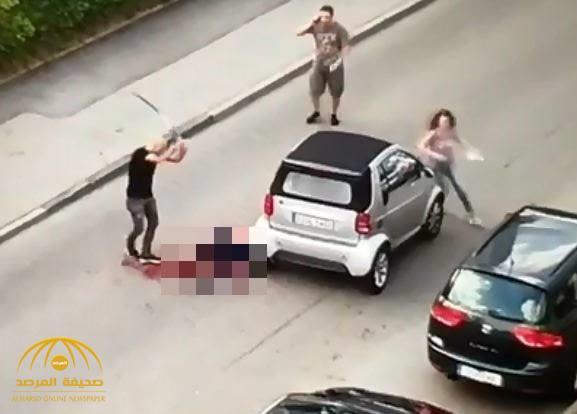 شاهد: لاجئ سوري يقتل ألماني بالساطور وسط الشارع بطريقة بشعة.. وأحد السكان يصور الجريمة!
