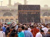 شاهد .. الأمطار تهطل على المشاعر المقدسة وهي تحتضن مليوني حاج