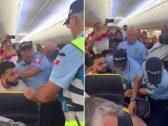 بالفيديو .. شاهد كيف تعاملت الشرطة البرتغالية مع شاب مسلم على متن طائرة إيرلندية بعد اتهامه بضرب مضيفة