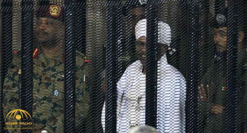 """شاهد أول صور للبشير """"مبتسما"""" داخل قفص الاتهام! • صحيفة المرصد"""