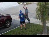 شاهد : شخص غاضب يشن هجوماً بالسيف على آخر .. وهكذا كانت ردة فعل الأخير!