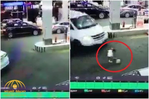 """فيديو : طفل يتعرض لحادث دهس عند محطة """"بنزين"""" في الطائف .. شاهد ردة فعل السائق الغريبة !"""