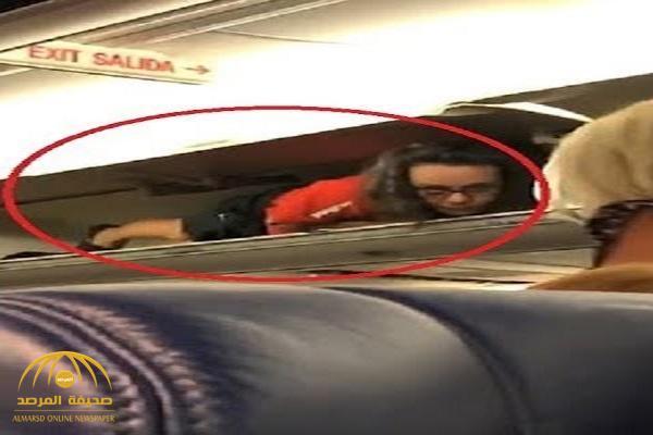 بالفيديو .. ركاب طائرة يتفاجأون بالمضيفة تختبىء في خزانة الحقائب !
