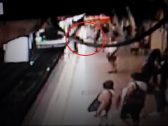 بالفيديو: مشهد مرعب لشخص يركل آخر أمام قطار مسرع … وهذا ماحدث للأخير!