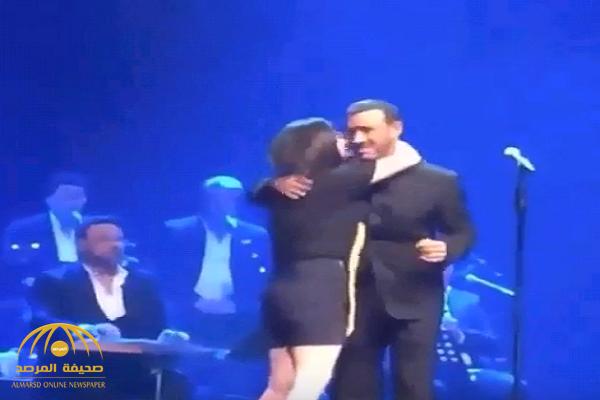 """شاهد.. فتاة تقتحم المسرح وتحتضن """"كاظم الساهر"""" أثناء إحيائه حفلا غنائيا في تركيا !"""