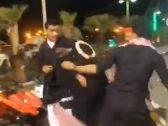 بالفيديو.. شباب يعتدون على سيدة في حديقة العيدابي بجازان بعد إعتراضها على أفعالهم!