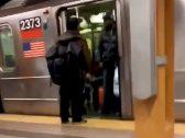 """شاهد : ردة فعل شاب أمريكي تجاه مسافر """"بصق"""" في وجهه عندما منعه من صعود عربة المترو!"""