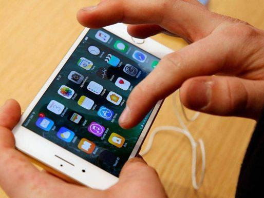 """تجربة تقنية على هاتف """"آيفون 7"""" يدفع هيئة الاتصالات الأميركية إلى التحرك  بالتحقيق"""