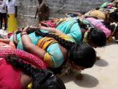 شاهد.. طقوس دينية خاصة بالنساء في الهند للحصول على منفعة غريبة!