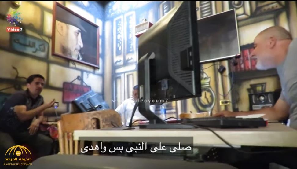 شاهد.. ردة فعل صاحب مقهى بعدما طلب منه شاب تشغيل قناة إخوانية في مصر!