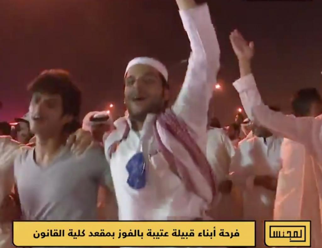 """شاهد.. أبناء قبيلة """"عتيبة"""" في  الكويت يحتفلون بفوزهم بمقعد في انتخابات كلية القانون!"""
