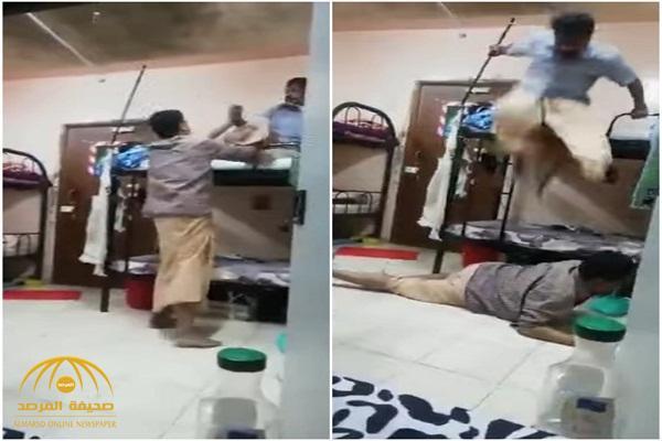 شاهد: مضاربة بين عمال من الجنسية الهندية داخل غرفة تنتهي بسقوط أحدهما مصروعا على الأرض .. والسبب صادم!