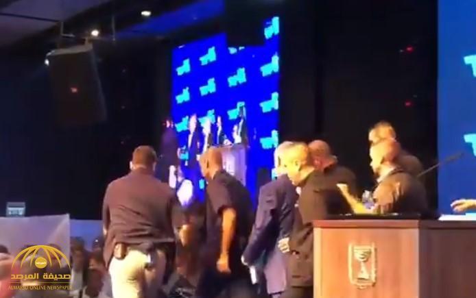 """وسط حالة من الهلع.. شاهد: """"نتنياهو"""" يهرب من تجمع انتخابي بإسرائيل بسبب قصف صاروخي فلسطيني"""