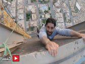 شاهد: 3 مغامرون سعوديون يتحدون الخوف ويصعدون أعلى رافعة في الرياض
