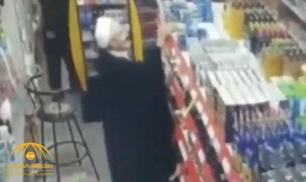 "شاهد .. كاميرا مراقبة تفضح رجل دين إيراني ""لص"" داخل سوبر ماركت !"