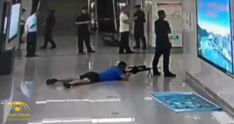 شاهد : قناص ينبطح على الأرض ويطلق النار على رأس مجرم احتجز فتاة كرهينة