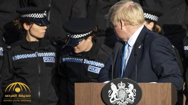 بالفيديو .. شاهد ردة فعل رئيس الوزراء البريطاني بعد إغماء شرطية خلفه وهو يلقي خطاب
