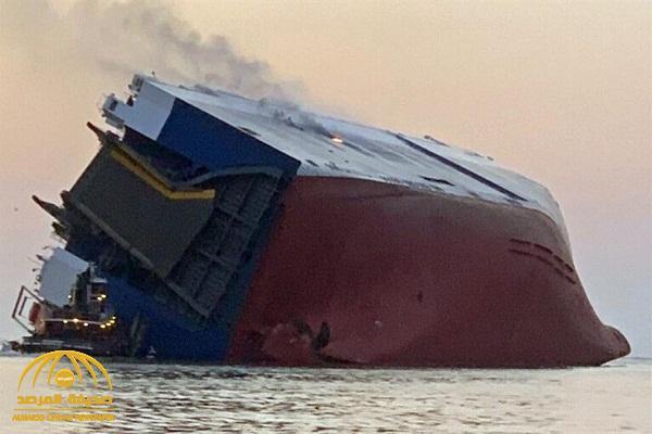 """شاهد: غرق سفينة تحمل سيارات لوكيل """"سعودي"""" في البحر"""