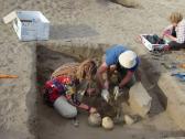 العثور على قبر لمصممة أزياء منذ 2000 عام.. شاهد: مفاجأة بداخله أدهشت علماء الآثار!