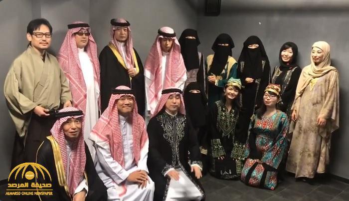 """شاهد : يابانيون يرتدون """"النقاب والشماغ """" وينشدون السلام الوطني السعودي احتفالا باليوم الوطني"""