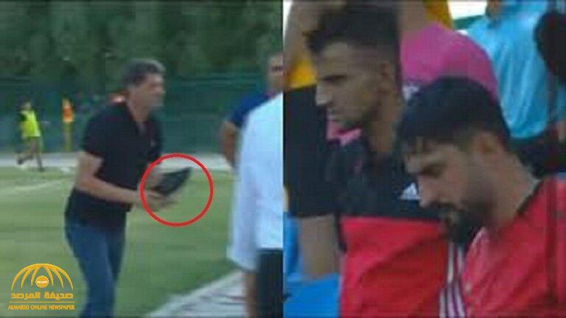 شاهد.. مدرب نادي عربي يبصق على مشجع ويقذفه بحذائه!