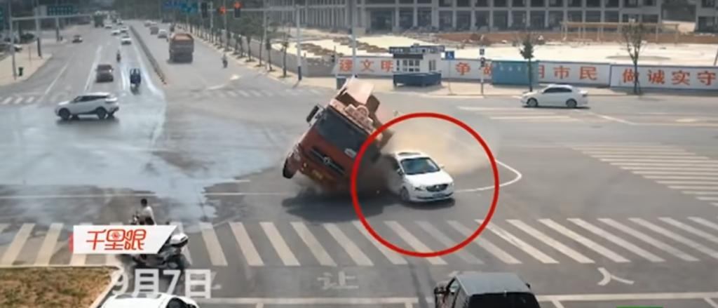 بالفيديو …لحظات تحبس الأنفاس ورد فعل سريع ينقذ سائق سيارة من السحق أسفل حافلة !