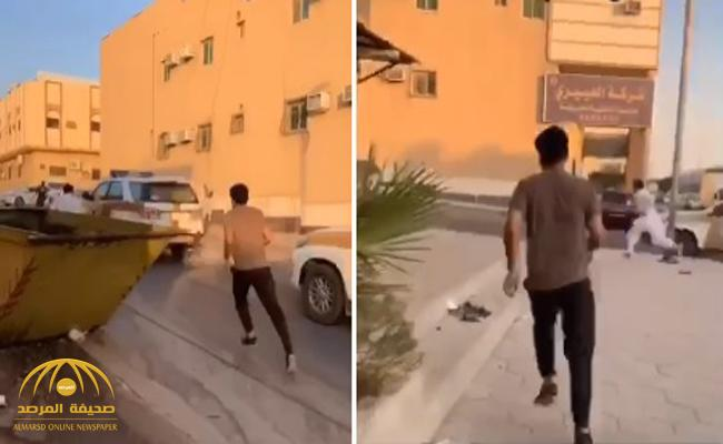 """شاهد  صاحب  سناب """" مناصر العسكر"""" يطارد أحد المخالفين على أقدامه  مع الجهات الأمنية  في شارع بالرياض"""