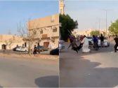 شاهد : مضاربة عنيفة بالعصي والسكاكين بين سوريين بالرياض!