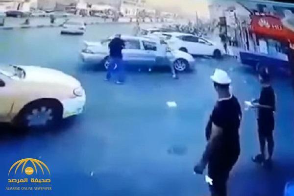 شاهد .. فيديو صادم لشخص يطعن أب وابنه على طريق عام بالأردن !