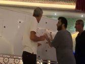 """شاهد : تركي آل الشيخ يشرح  لمدرب نادي """"ألميريا"""" الإسباني خطة تكتيكات كروية -فيديو"""