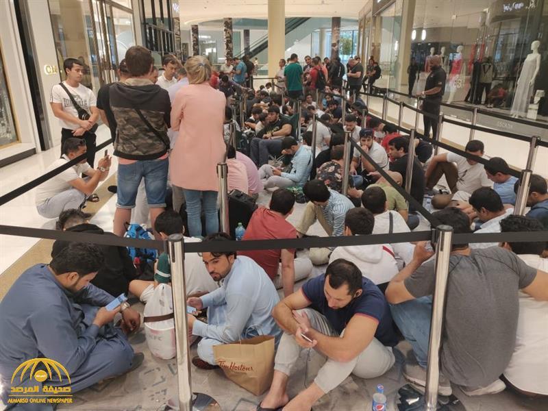 """شاهد بالصور … حشود وزحام في مدينة عربية أمام متاجر """"آبل """" لشراء النسخة الجديدة من هاتف """"أيفون """"!"""
