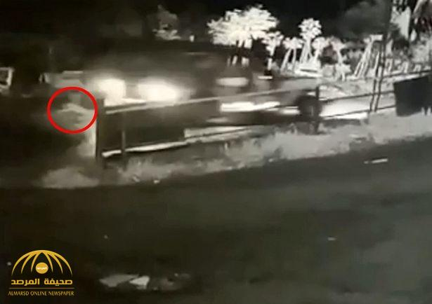 شاهد : طفلة تسقط من سيارة عائلتها دون أن تدري .. وهكذا أنقذت نفسها من الموت