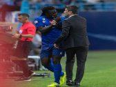 """بالفيديو والصور .. غوميز ينفجر غضباً في وجه """"رازفان"""" بعد استبداله أمام الفيحاء ويدفع يده"""
