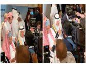 """شاهد .. ازدحام مراسلي وسائل الإعلام العالمية حول الأمير """"عبدالعزيز بن سلمان"""" !"""
