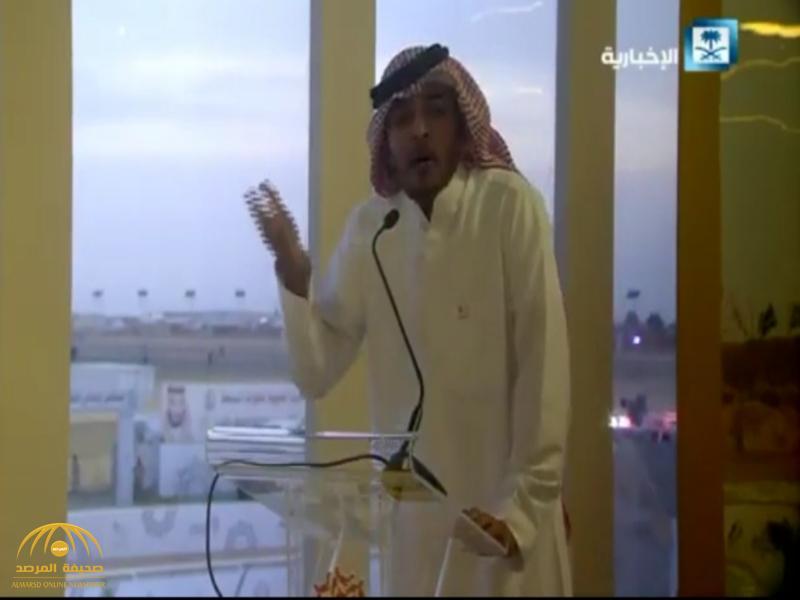 """بالفيديو: الشاعر """"ياسر التويجري"""" يلقي قصيدة حماسية امام ولي العهد بالحفل الختامي لمهرجان الهجن"""